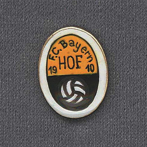 Die Sammlung alter FC Bayern Hof Anstecknadeln, Ehrennadeln und Abzeichen ist eine Leihgabe von Dieter Stelzel.